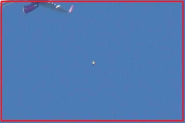 Zdjęcie dziwnego obiektu w sąsiedztwie lecącego samolotu. Sierpień 2018 rok.